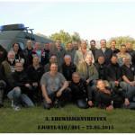 Gruppenfoto mit Einsatzfahrzeug
